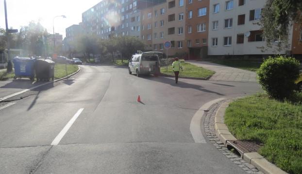 Mladík se zalekl auta přijíždějícího na křižovatku. Společně s motorkou skončil na zemi