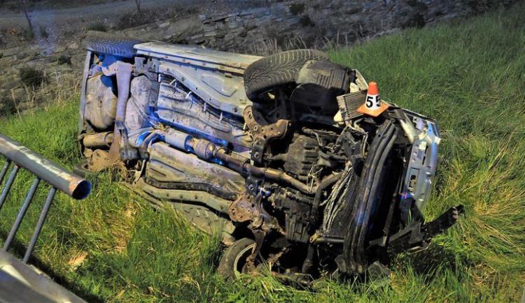 FOTO: Opilý řidič prorazil zábradlí mostu a skončil převrácený na boku