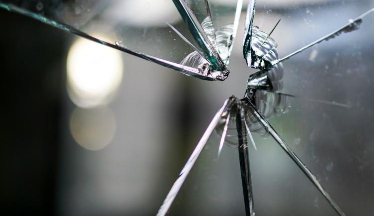 Zloděj se do bytu vloupal oknem, ukradl i bundu