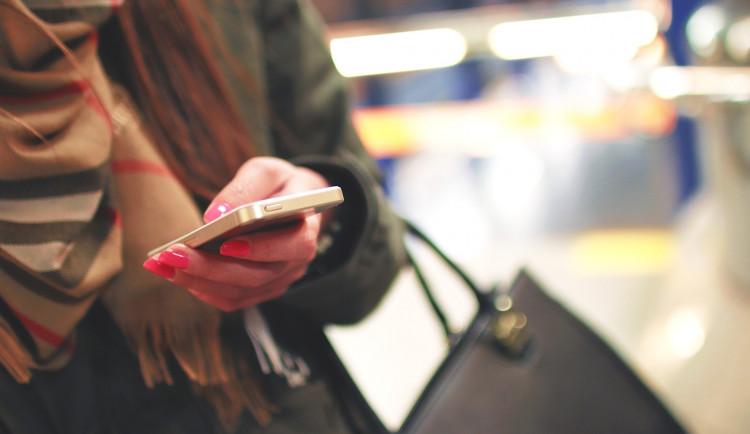 Muž svou bývalou manželku vytrvale bombarduje SMSkami. Poslal jich přes 1200