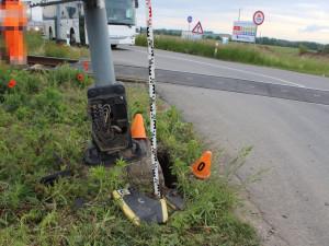 FOTO: Řidič narazil do výstražného zařízení na vlakovém přejezdu, z místa nehody ujel