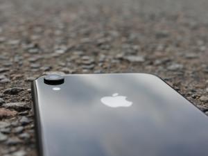 Muž chtěl koupit přes internet iPhone XR za 14 tisíc. Peníze poslal, mobil po sedmi měsících nemá