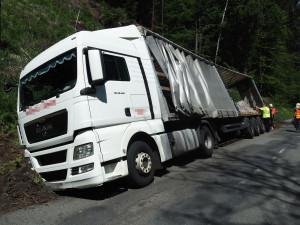 FOTO: Řidič kamionu najel na nezpevněnou krajnici a skončil v příkopu