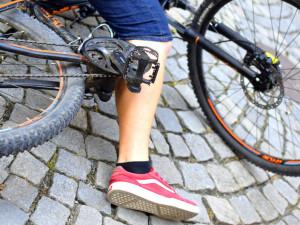 Opilý cyklista upadl s kolem do trávy. Na pomoc si přivolal policejní hlídku