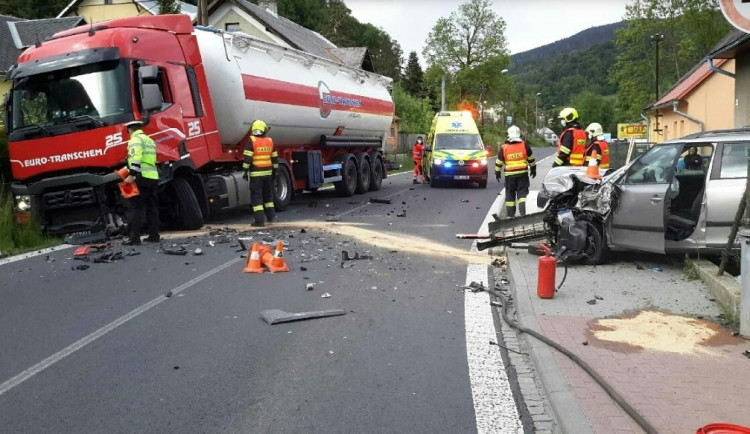 FOTO: V Jeseníku se srazilo auto s cisternou, jeden zraněný