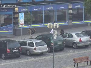 Mladíci si na náměstí hráli na karatisty. Před zraky kamer kopali do stromu