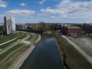 Podél řeky Moravy se může projít veřejnost. Nábřeží u Envelopy je dokončeno