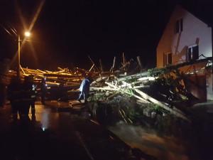 FOTO/VIDEO: Až metr vody mezi domy, hasiči vyprošťující řidiče z aut. Bouře napáchala v kraji velké škody