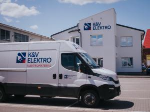 První prodejna K&V ELEKTRO na Moravě slaví první rok fungování. Ke každému nákupu nabízí LED žárovku zdarma