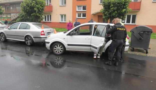 Řidič po osmi pivech naboural dvě auta při parkování. S policisty se pak chtěl prát