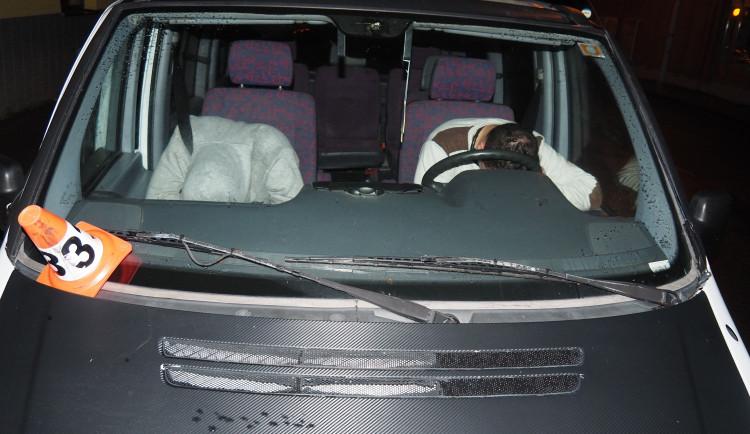 Opilý mladík boural při parkování. Po nehodě usnul za volantem a nebyl k probuzení