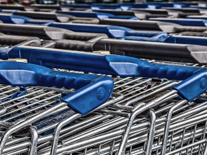 Senior si v obchodě odložil tašku do košíku. Jeho neopatrnosti rychle využil zloděj