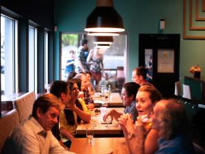 Hospody a restaurace mohou od 1. července zůstat otevřeny i po 23:00