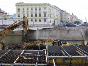 Most na Masarykově třídě dostává nové základy. Zatopené lomy už opět dávají do Olomouce žulu