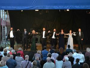 Moravské divadlo uspořádá několik představení mimo Olomouc. Mimo jiné i benefiční koncert pro Šumvald