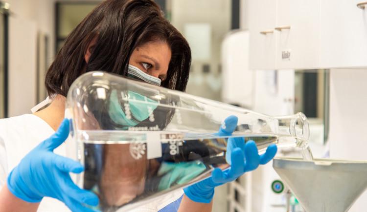 Video z fakultní nemocnice ukazuje pracovní prostředí i postupy olomouckých lékárníků
