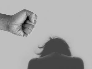 Agresivní muž dlouhodobě fyzicky napadal svou těhotnou družku. Doma se nesmí 10 dnů objevit