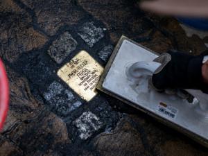 V ulicích Prostějova bylo instalováno dalších 13 kamenů zmizelých