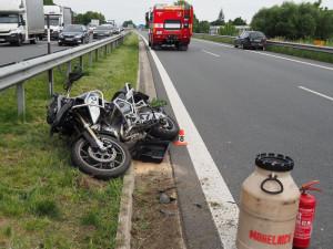 Řidič Octavie srazil na dálnici jednasedmdesátiletého motorkáře. Na místo letěl vrtulník