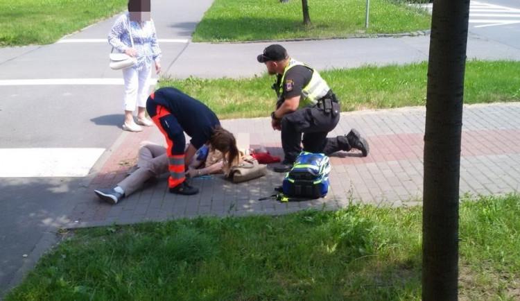 Strážníci během dopravní akce pomohli seniorce, která v horku omdlela a spadla na chodník