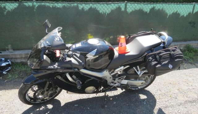 Motorkář při odpolední projížďce narazil do svodidel, se zraněním skončil v nemocnici