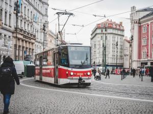 Soud dnes řeší fanoušky Sigmy, kteří v tramvaji zbili muže tmavé pleti. Jsou stíháni i kvůli hajlování