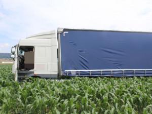 Řidič kamionu kvůli svojí nedbalosti najel do kukuřičného pole, nehoda se obešla bez zranění