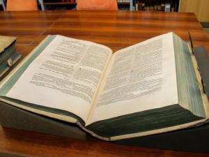 Vědecká knihovna Olomouc našla starou bibli ukradenou v roce 1996