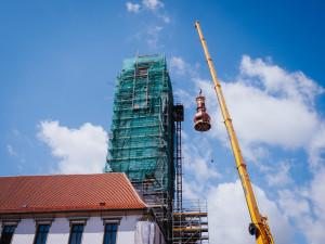 FOTO/VIDEO: Jeřáb dnes na olomouckou radnici vyzvedl prostřední část opravené věže