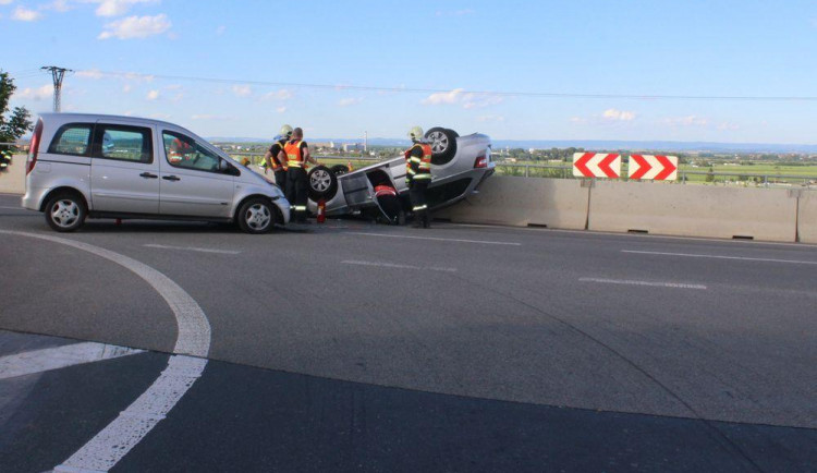 Senior se po sjezdu z dálnice střetl s Mercedesem, převrátil auto na střechu, zranil se řidič i spolujezdkyně