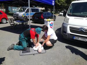 FOTO: Řidiči si pod odborným dozorem vyzkoušeli první pomoc