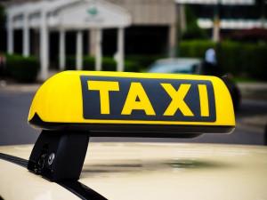 Taxikáři nemusí mít od července taxametr ani svítilnu
