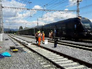 Vlak narazil do trakčního vedení. Provoz na hlavní trati na Prahu musel být přerušen