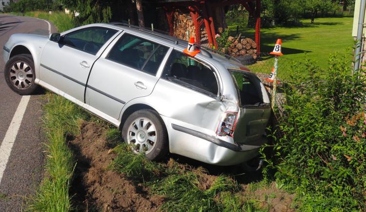 Opilý řidič Octavie v pondělí ráno kličkoval od plotu ke plotu. Nadýchal ještě skoro jedno a půl promile