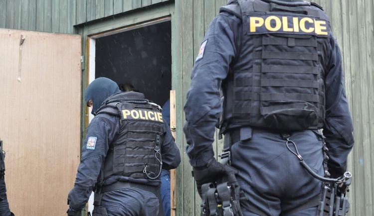Výtržník vyhrožoval, že všechny postřílí a zabije. Navíc vysklil dveře pěstí
