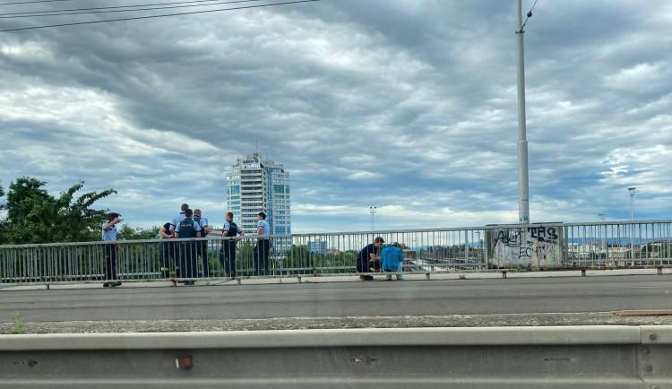 Mladý muž chtěl na mostě u nádraží spáchat sebevraždu. Naštěstí ho potkala duchaplná kolemjdoucí