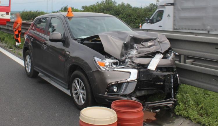 Senior si na dálnici spletl pedály a vrazil do auta stojícího v koloně. Způsobil škodu téměř půl milionu