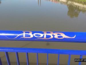 Graffiti Boba? Muž napsal jméno svého psa na čerstvě namalovaný most