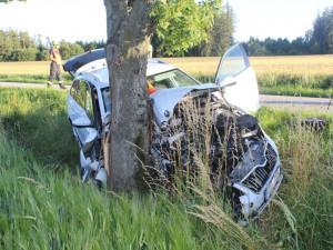 Řidič Superbu v mikrospánku narazil do stromu. On i pětileté dítě museli být letecky transportováni do nemocnice