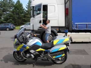 Dálniční policisté kontrolovali u Přáslavic nákladní vozidla. Zjistili 19 přestupků u 25 řidičů