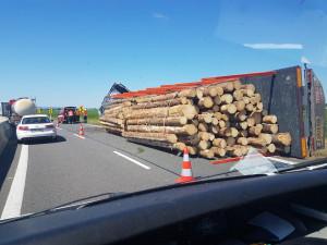 Dálnici D35 zablokoval havarovaný kamion. U kruhového objezdu u Globusu se tvoří dlouhé kolony