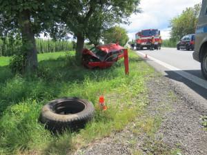 Řidiči za jízdy uletělo kolo. Bezpečně zastavit nedokázal a narazil do stromu