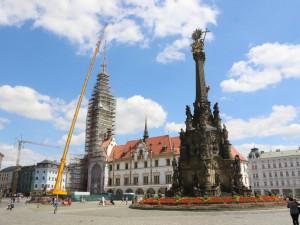 FOTO: Na radniční věž v Olomouci se vrátila její špice i s časovou schránkou
