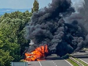 Na dálnici u Křelova hořela dodávka
