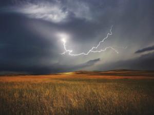 Celé Česko v neděli zasáhnou silné bouře s přívalovým deštěm