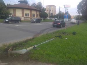 Opilý řidič Octavie srazil na křižovatce semafor pro chodce, ve své spanilé jízdě pokračoval dál