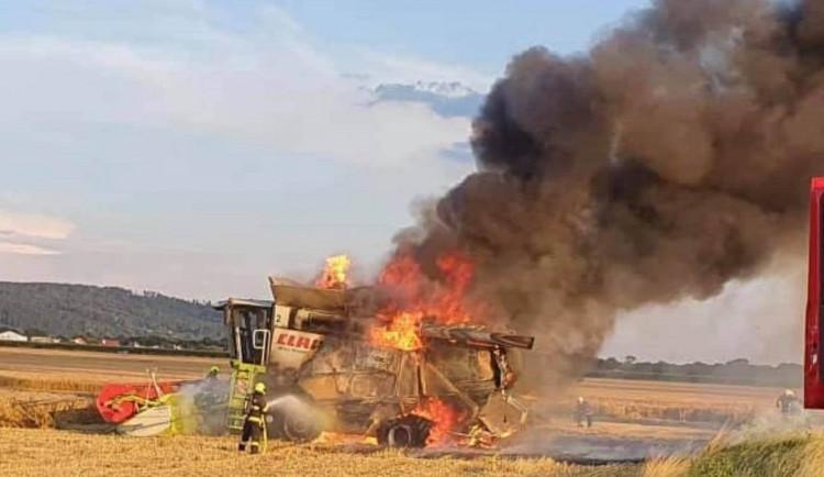 FOTO/AKTUÁLNĚ: Poblíž obce Bělkovice- Lašťany hořel kombajn, škoda je 5 milionů korun