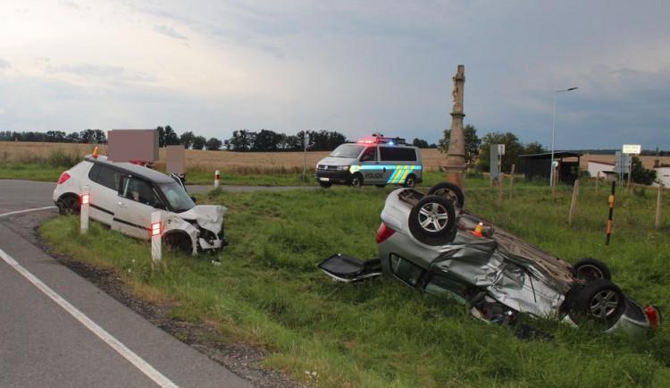 Při nehodě na Olomoucku se zranili čtyři lidé, jedno auto skončilo na střeše