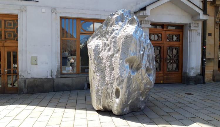 Na náměstí přistál šestitunový Vesmírný balvan. Kolemjdoucí láká na výstavu galerie