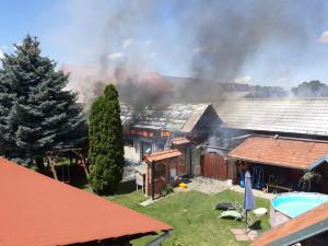 FOTO: Devět jednotek zasahovalo u požáru rodinného domu a dvou hospodářských budov